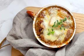Recette : la soupe à l'oignon gratinée de Tante Marie