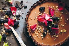 Tarte à la ganache cardamome et fleur de sel : la recette sans sucre de Sarah Wilson